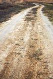 Strada rurale senza fine attraverso i campi il giorno nuvoloso di autunno Immagini Stock