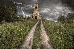 Strada rurale sulla collina alla vecchia chiesa Fotografie Stock Libere da Diritti