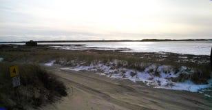 Strada sabbiosa sulla spiaggia di Cape Cod di inverno Fotografia Stock Libera da Diritti