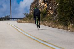 Strada in salita del motociclista sulla prova della montagna Fotografie Stock