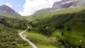 Strada 2 scenary vuoti della montagna delle alpi stock footage
