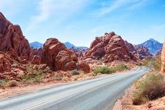 Strada scenica attraverso la valle del parco di stato del fuoco, Nevada, Stati Uniti fotografie stock