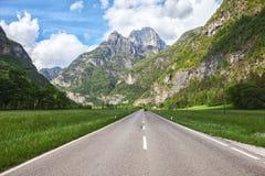 Strada scenica attraverso la valle delle montagne della dolomia, Italia fotografia stock libera da diritti