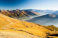 Strada scenica della montagna al tramonto Fotografie Stock