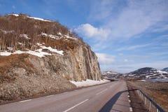 Strada scenica della montagna il giorno pieno di sole Immagine Stock