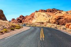 Strada scenica nella valle del parco di stato del fuoco, Nevada, Stati Uniti fotografia stock
