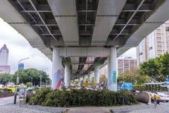 Strada a senso unico sotto un ponte Immagini Stock Libere da Diritti