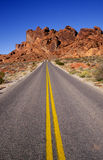 Strada sola attraverso il deserto Immagini Stock