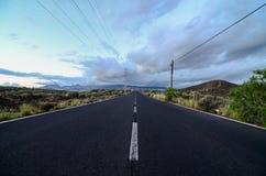 Strada sola nel deserto immagini stock libere da diritti