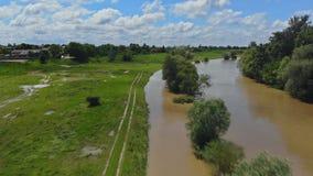 Strada sommersa per piovere inondazione pesante preso durante il volo del fuco stock footage