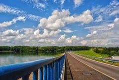 Strada sopra il bacino idrico di Terlicko con l'inferriata blu della diga, repubblica Ceca fotografia stock