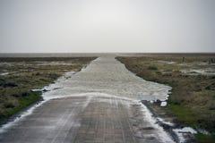 Strada soprelevata di alta marea a Mando Island in Danimarca Immagini Stock