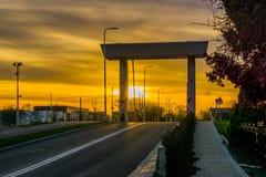 Strada sotto il Rijnhavenbrug della tana aan Rijn, Paesi Bassi, tramonto di Alphen con un cielo variopinto immagini stock libere da diritti