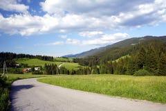 Strada sotto le montagne Fotografia Stock