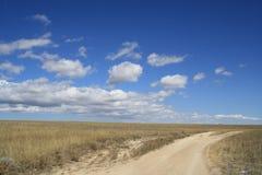 Strada sotto le nuvole per incontrare il mare Immagine Stock