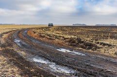Strada sterrata agricola del paesaggio sul giacimento raccolto del mais Immagini Stock