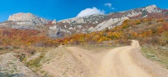 Strada sterrata in montagne autunnali Immagine Stock
