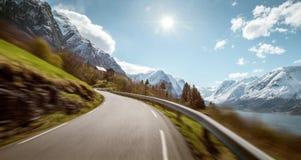 Strada stretta della montagna in Norvegia all'alta velocità Immagine Stock Libera da Diritti