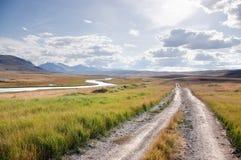 Strada su un plateau della montagna con l'erba verde ai precedenti della valle del fiume White Immagini Stock Libere da Diritti