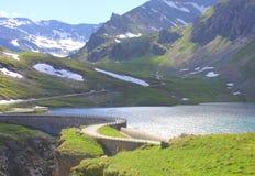 Strada sulla diga della montagna Immagine Stock