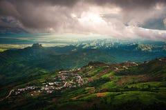 Strada sulla montagna e sul villaggio Fotografie Stock Libere da Diritti