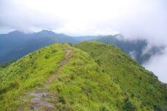 Strada sulla parte superiore di alta montagna Immagine Stock