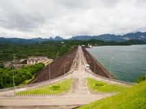 Strada sulla provincia di Surat Thani della diga di Ratchaprapha, Tailandia Fotografie Stock Libere da Diritti