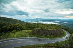 Strada sulla stagione delle pioggie della montagna, Tailandia Immagine Stock