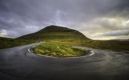 Strada tagliente di inversione a U Paese isole faroe laterali, Danimarca, Europa Immagine Stock Libera da Diritti