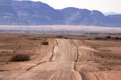 Strada a terra attraverso il deserto fotografia stock