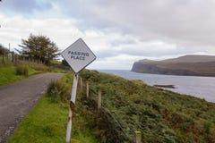 Strada tipica della singola pista negli altopiani scozzesi che trascurano Immagine Stock