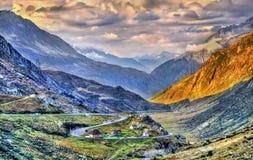 Strada tortuosa alla st Gotthard Pass nelle alpi svizzere Fotografie Stock
