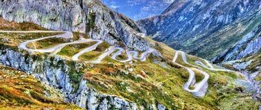 Strada tortuosa alla st Gotthard Pass nelle alpi svizzere Fotografia Stock Libera da Diritti