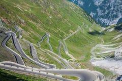 Strada tortuosa in alpi italiane, passaggio di Stelvio, Passo de della montagna Immagine Stock
