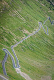Strada tortuosa in alpi italiane, passaggio di Stelvio, Passo de della montagna Fotografia Stock