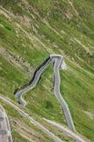 Strada tortuosa in alpi italiane, passaggio di Stelvio, Passo de della montagna Fotografie Stock