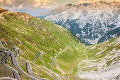 Strada tortuosa in alpi italiane, passaggio di Stelvio, Passo de della montagna Fotografie Stock Libere da Diritti