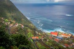 Strada tortuosa dalle montagne all'oceano Immagine Stock