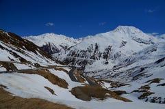 Strada tortuosa della montagna nelle alpi svizzere innevate Immagini Stock Libere da Diritti