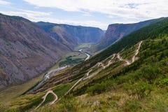 Strada tortuosa della montagna su estate di Chulyshman Gorny Altai del passaggio Fotografie Stock