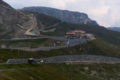 Strada tortuosa e belle nuvole alte nelle montagne Immagine Stock Libera da Diritti