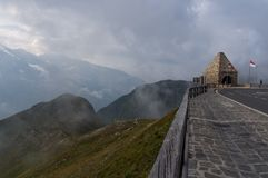 Strada tortuosa e belle nuvole alte nelle montagne Fotografie Stock