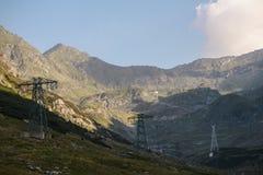 Strada tortuosa nelle montagne della Romania Immagine Stock