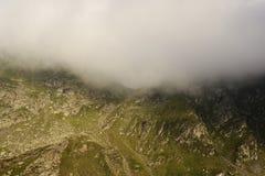 Strada tortuosa nelle montagne della Romania Immagini Stock