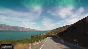 Strada tortuosa sulla vista di panorama della costa dell'oceano dalla finestra di automobile in Nuova Zelanda video d archivio