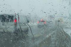 Strada tramite il parabrezza piovoso Fotografie Stock Libere da Diritti