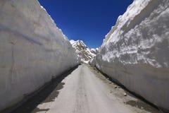 Strada tramite le pareti del ghiaccio Fotografia Stock Libera da Diritti