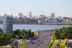 Strada transitabile e città sul fiume Kazan, Tatarstan, Russia Fotografia Stock
