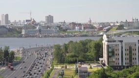 Strada transitabile e città sulla sponda del fiume Kazan, Tatarstan, Russia archivi video
