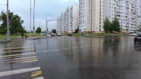 Strada trasversale dopo la pioggia stock footage